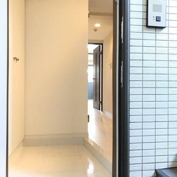 玄関から※写真は1階の同間取り別部屋のものです