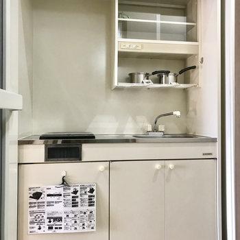キッチンはコンパクトですが、ひとり用のお皿は入りそう!(※写真の小物は見本です)