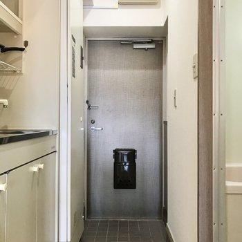 玄関には電気温水器もありました(※写真の小物は見本です)