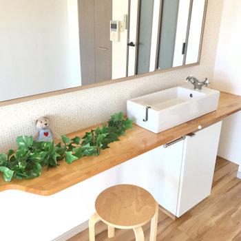 端っこには洗面台!!!朝起きてすぐ鏡チェックという美意識◯(※写真の小物は見本です)