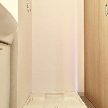 お隣には洗濯パン。(※写真は3階の同間取り別部屋のものです)