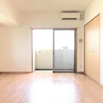 お隣の洋室へ。うれしいエアコン付き◎(※写真は3階の同間取り別部屋のものです)