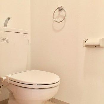トイレの上は収納棚付き。(※写真は3階の同間取り別部屋のものです)