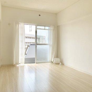 窓側の洋室は6帖とゆったりめ。大きなベッド以外にも家具置けます!(※写真の小物は見本です)