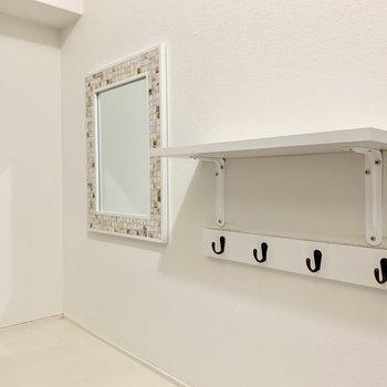 そしてさらにその上には鏡と棚が!鍵なども掛けられますね!
