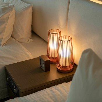 ベッド横のサイドテーブルには和太鼓のような照明があります。