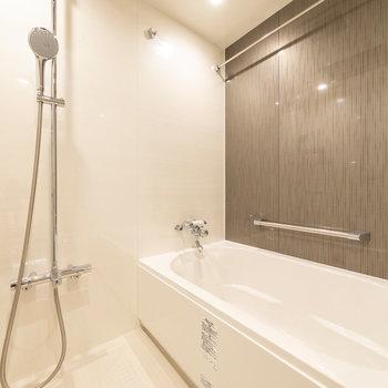 浴室もゆったりサイズ。浴槽には足を伸ばして入れそうです。