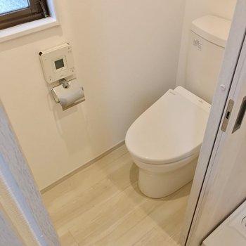 トイレは洗濯パンのお隣。ウォシュレット付きです。