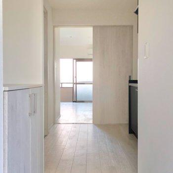 玄関の先から広がる白い床。淡い木目が爽やか。