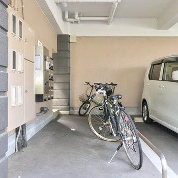 駐輪場は駐車場の一角に。宅配ボックスも2つありますよ。