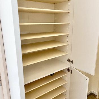 棚は可動式です。サイズに合わせて調整できますよ。