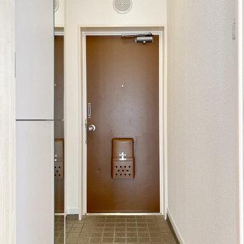 シューズボックスの扉は姿見になっています。