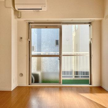 【洋室】こちらのお部屋も明るい光がたっぷり入ってきますよ〜。
