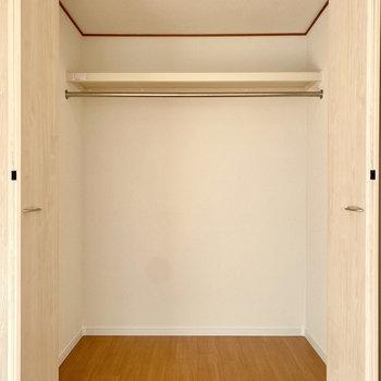 【洋室】クローゼットは奥行きがあってすっきり収納できそう。
