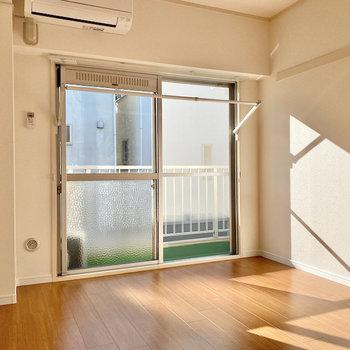 【洋室】窓際には室内物干し掛け付き。
