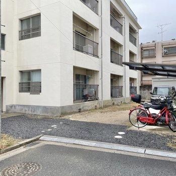 駐輪場は屋根付き。雨の日でも安心!