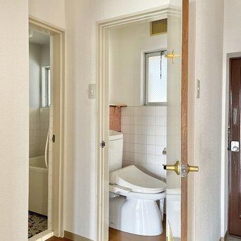 トイレは小窓付き。換気も容易い〇