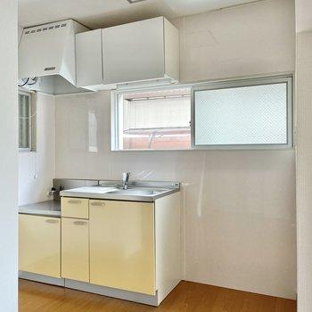 キッチンまわりに小窓つき。料理のにおいが解放できそうですね。隣には電化製品を置きましょう。