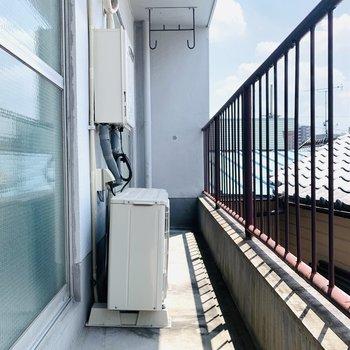 LDKと洋室を繋いだ横長なベランダスペース。