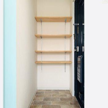 玄関スペース。扉を取っ払ったシューケースに綺麗に靴を並べたい。