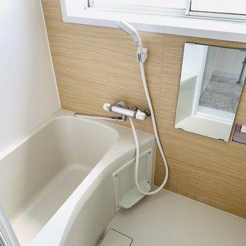 洗面所の正面にはバスルーム。大きな窓があるんです。日中に入っても気持ちが良さそうですね◎