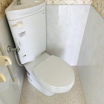 レトロな雰囲気が素敵なお手洗い。ウォシュレット後付け可能です。