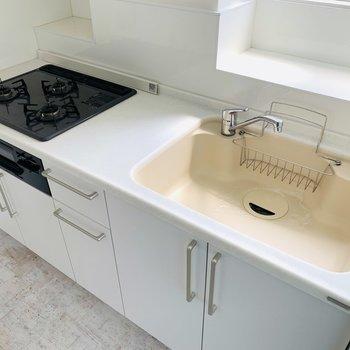水垢が残りにくそうで色も可愛いシンク。カッティングボードを置いて作業スペースを確保しましょう。