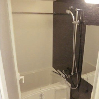 シャワーヘッドは自由自在(※写真は9階の反転間取り別部屋のものです)