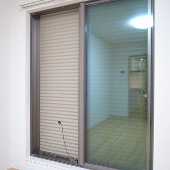 窓にはシャッターが設置されています!(※写真は2階の同間取り別部屋のものです)