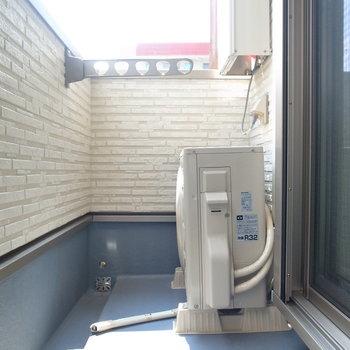 ベランダもそれほど広くはありません。いざという時は浴室乾燥機が頼りになります!(※写真は2階の同間取り別部屋のものです)