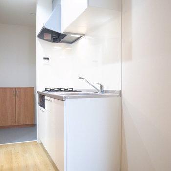 キッチン横には冷蔵庫のほか棚も置けるスペースがあります!(※写真は2階の同間取り別部屋のものです)