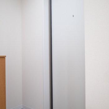 こちらがドア。傘立てを置けスペースがあります。(※写真は2階の同間取り別部屋のものです)