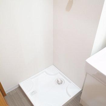 洗面台のとなりに洗濯機置き場があります。(※写真は2階の反転間取り別部屋のものです)