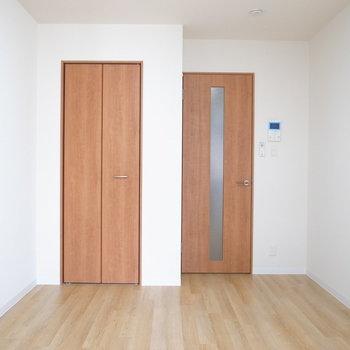 フローリングとドアでまた違った色味。(※写真は2階の反転間取り別部屋のものです)