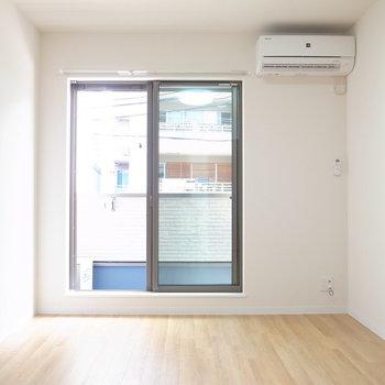 シンプルな内装のお部屋です。(※写真は2階の反転間取り別部屋のものです)