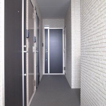 【共用部】ちょっと暗い廊下です。