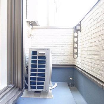 バルコニーはそれほど広くはありません。いざという時は浴室乾燥機が頼りになりますね。(※写真は3階の同間取り別部屋のものです)