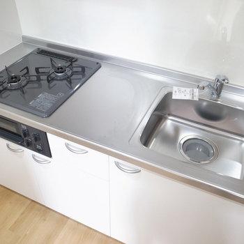 調理スペースも少しあります。ゆったりしたスペースなので、作業台つきのワゴンなども追加しやすいです。(※写真は3階の同間取り別部屋のものです)