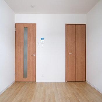 床とドアでまた違ったウッド調です。(※写真は3階の同間取り別部屋のものです)