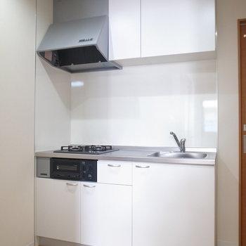 白くて癖のないキッチン。キッチン道具もシンプルな色味が似合う!(※写真は3階の同間取り別部屋のものです)