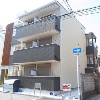 キレイな3階建てのアパートです。