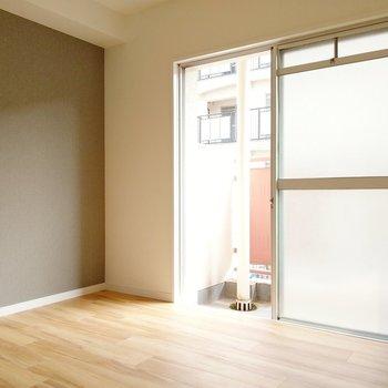 玄関前の洋室は、4.5帖。こちら側にも小さなバルコニー。