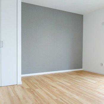 リビング横の6.5帖の洋室。クローゼット横にすっぽり家具を置きたい。