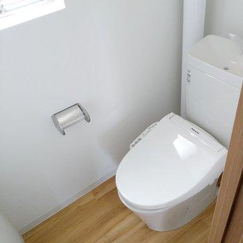 玄関横のトイレはぴかぴかのウォシュレット付き。換気窓もあります。