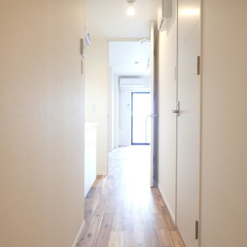 廊下にも無垢。キッチンは廊下に。(※写真は3階同間取り、別部屋のものです)