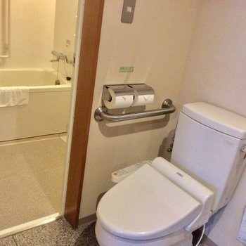 浴室とトイレはお部屋の中にあります。