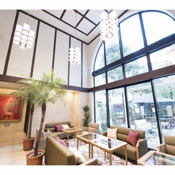 【共用部】新館のロビー。アーチ状の大きな窓が特徴的ですね。