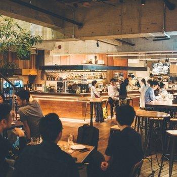 【共用部】コンクリート打ちっぱなしの天井と剥き出しの配管がスタイリッシュなレストラン。