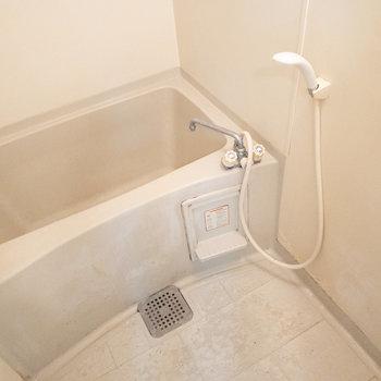 お風呂には鏡がないので、お気に入りのものを設置してくださいね!