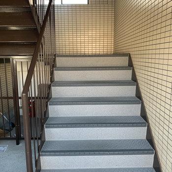 この階段を上っていってください!